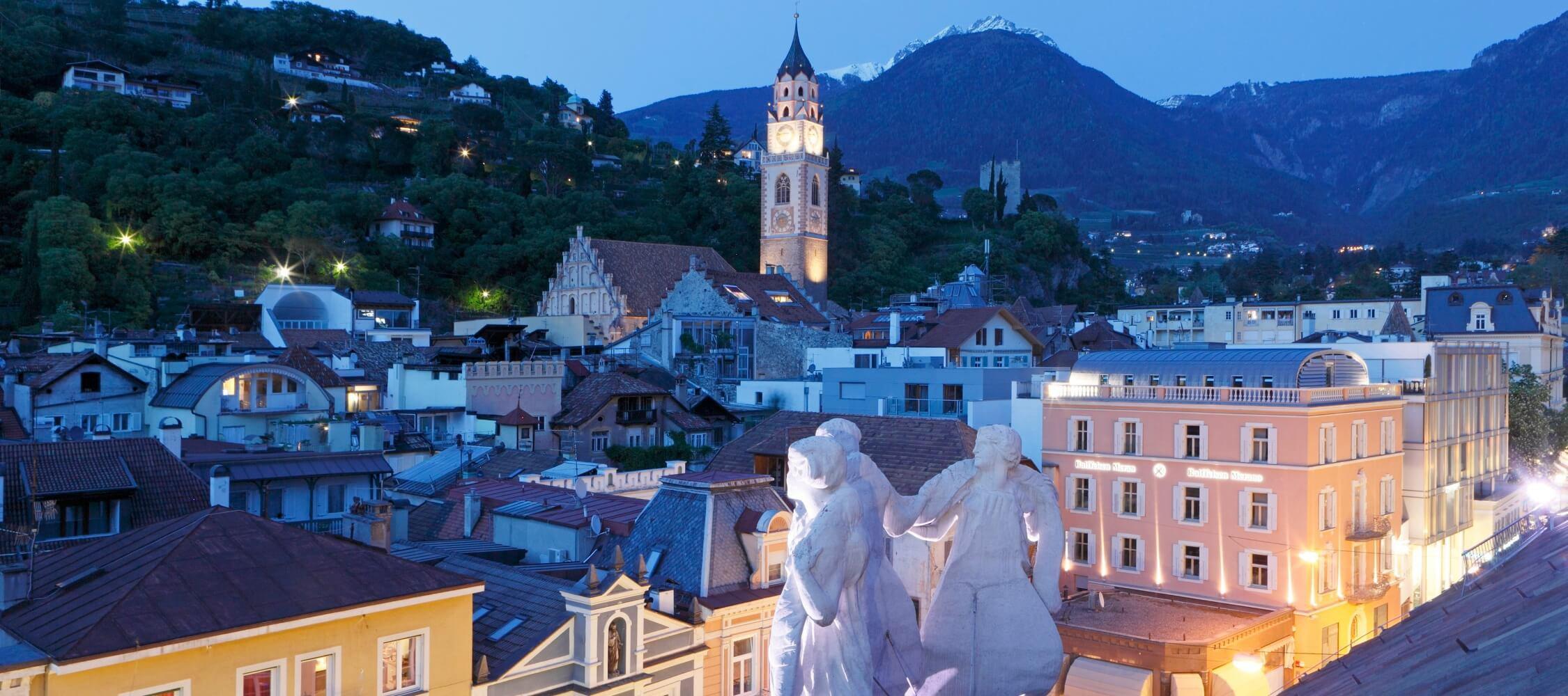 Italien-Trentino_Suedtirol_Alto_Adige_Merano_Meran_Besichtigen_Kultur_Altstadt_Kurhaus_Abend_Nacht_MGM-Frieder-Blickle_mgm00632frbl_2250x1000
