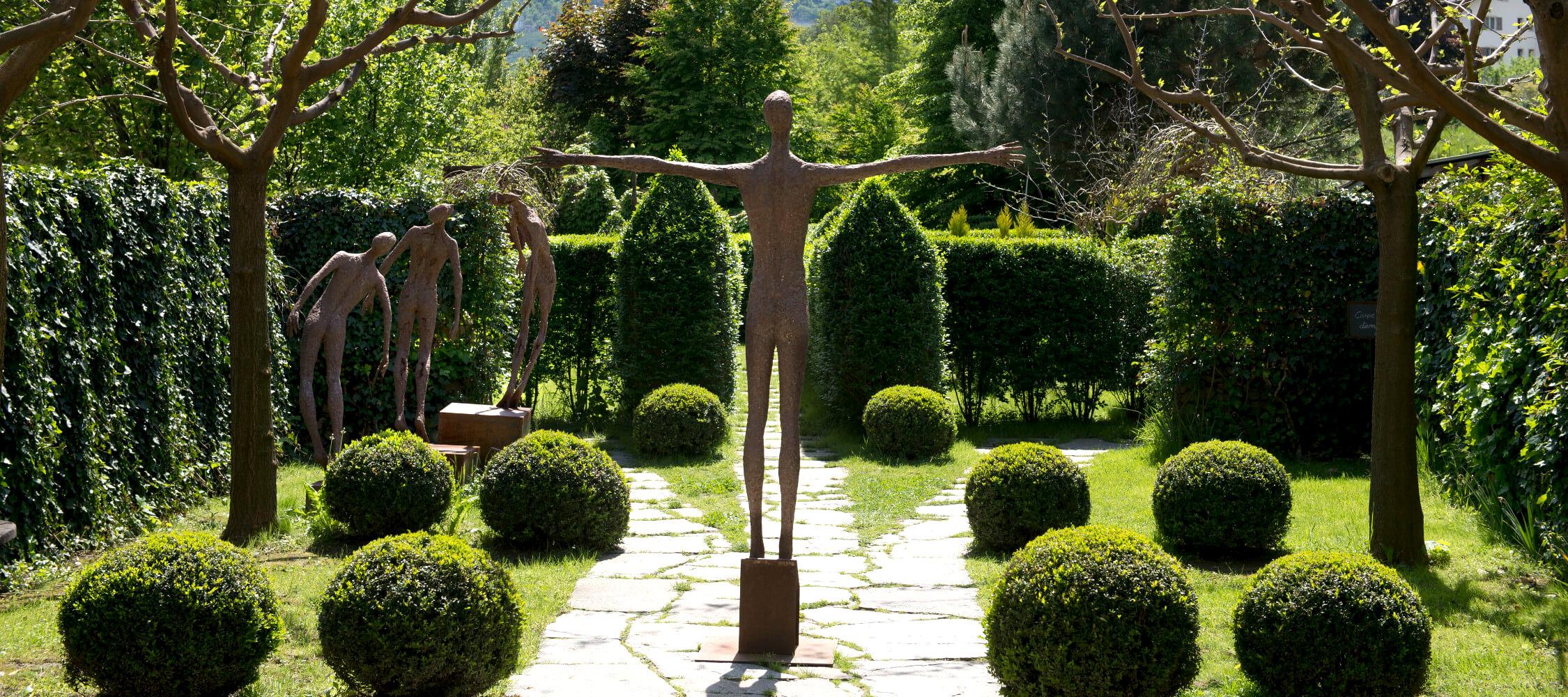 Italien-Trentino_Suedtirol_Alto_Adige_Merano_Meran_Besichtigen_Kultur_Kunst_Natur_Kraenzlhof_Labyrinth_Garten_TVLana-Helmuth-Rier_mgm01109tola_2250x1000