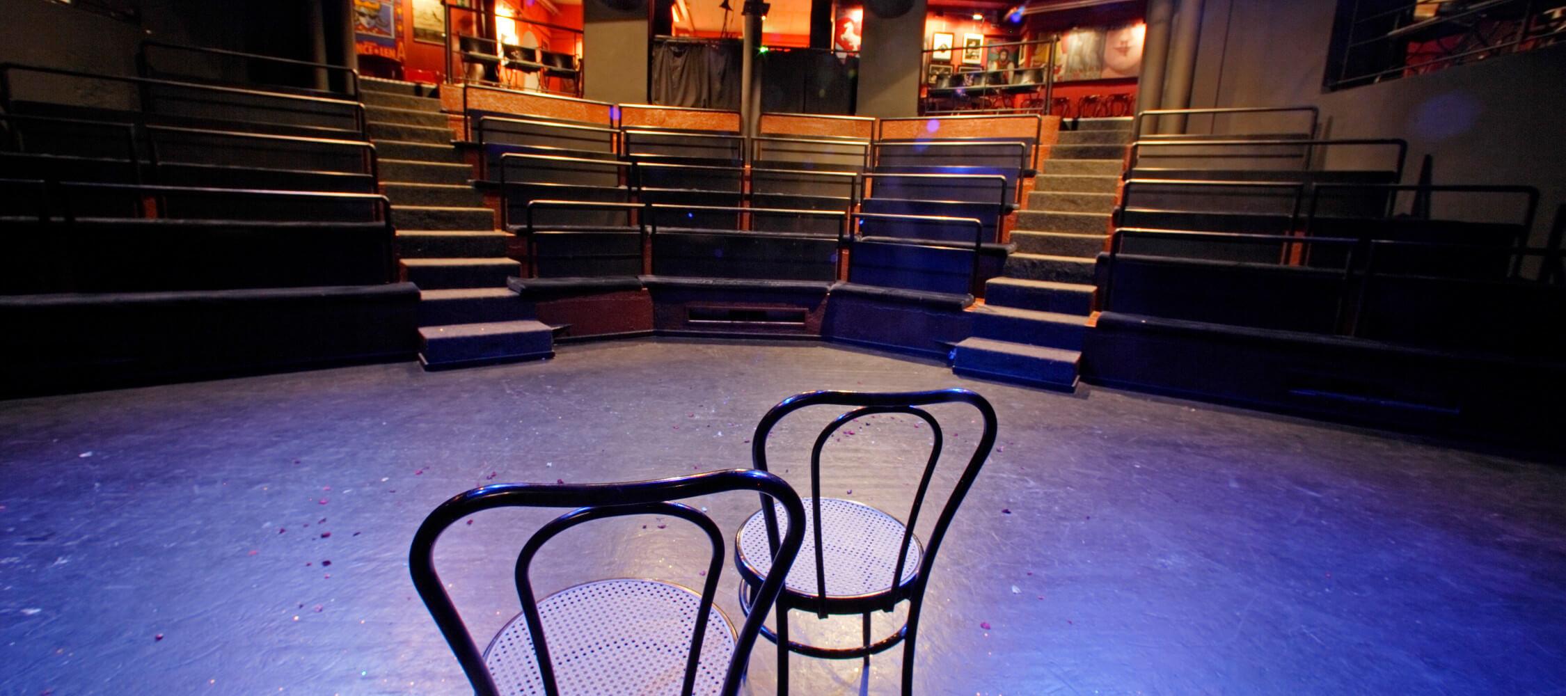 Italien-Trentino_Suedtirol_Alto_Adige_Merano_Meran_Besichtigen_Kultur_Theater_in_der_Altstadt_Abend_Nacht_MGM-Frieder-Blickle_mgm01414mgm_2250x1000