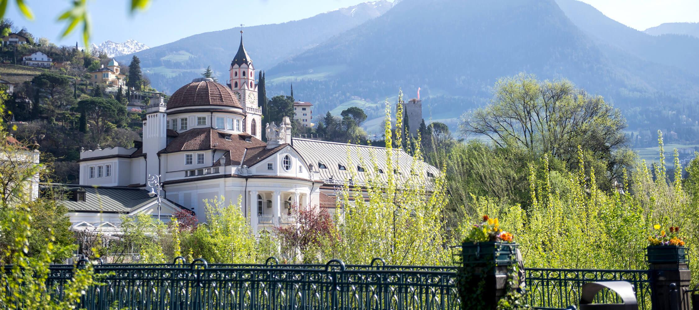 Italien-Trentino_Suedtirol_Alto_Adige_Merano_Meran_Besichtigen_Natur_Promenade_Kurhaus_Spring_Kurverwaltung-Alex-Filz_mgm01135kume_2250x1000