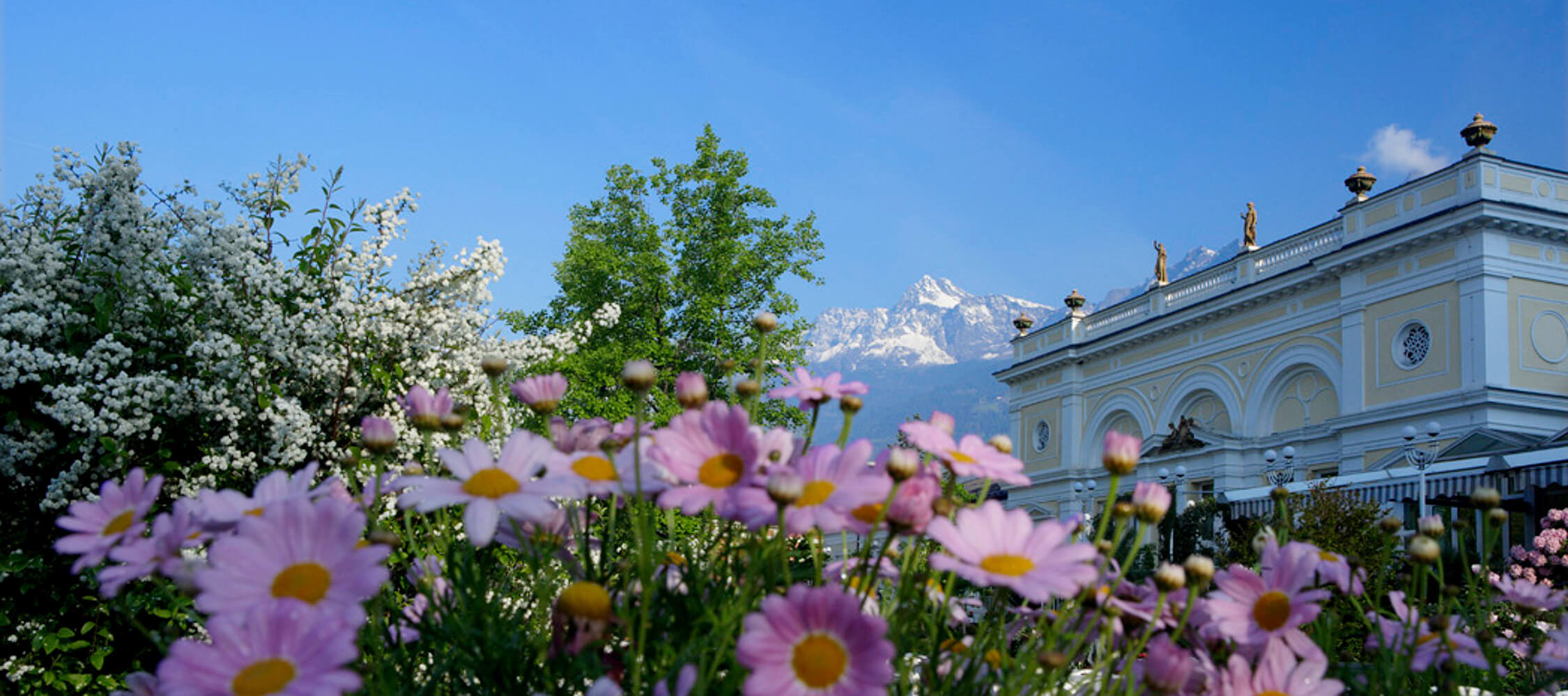 Italien-Trentino_Suedtirol_Alto_Adige_Merano_Meran_Besichtigen_Natur_Promenade_Kurhaus_Spring_Kurverwaltung_2250x1000