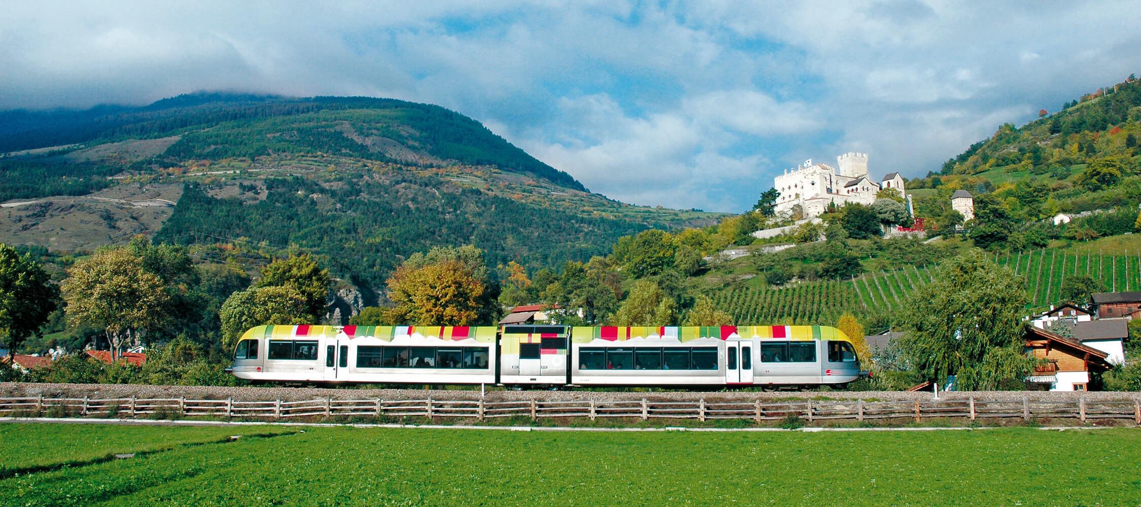 Italien-Trentino_Suedtirol_Alto_Adige_Merano_Meran_Besichtigen_Natur_Zug_Mobilcard_IDM-Hans-Peter-Leu_smg00634hape_2250x1000