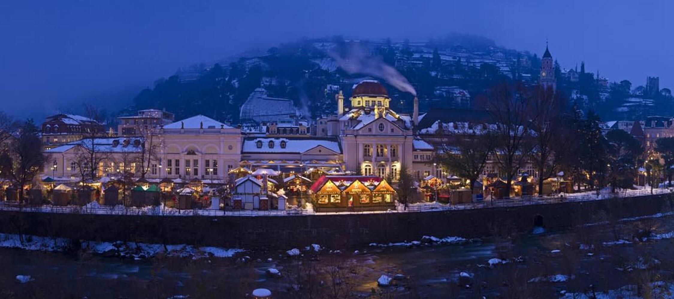 Italien-Trentino_Suedtirol_Alto_Adige_Merano_Meran_Erleben_Weihnachtsmarkt_Weihnachten_Winter_Nacht_Kurhaus_Kurverwaltung_2250x1000