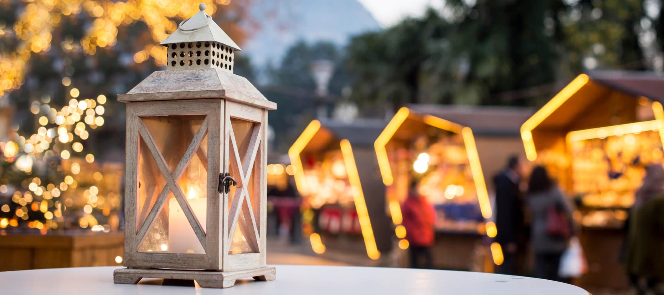 Italien-Trentino_Suedtirol_Alto_Adige_Merano_Meran_Erleben_Weihnachtsmarkt_Weihnachten_Winter_Nacht_Kurverwaltung-Alex_Filz_DSC0780_2250x1000