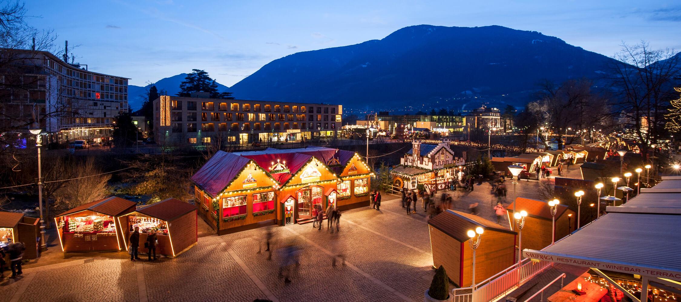 Italien-Trentino_Suedtirol_Alto_Adige_Merano_Meran_Erleben_Weihnachtsmarkt_Weihnachten_Winter_Nacht_Kurverwaltung-Alex_Filz_mgm01251_2250x1000