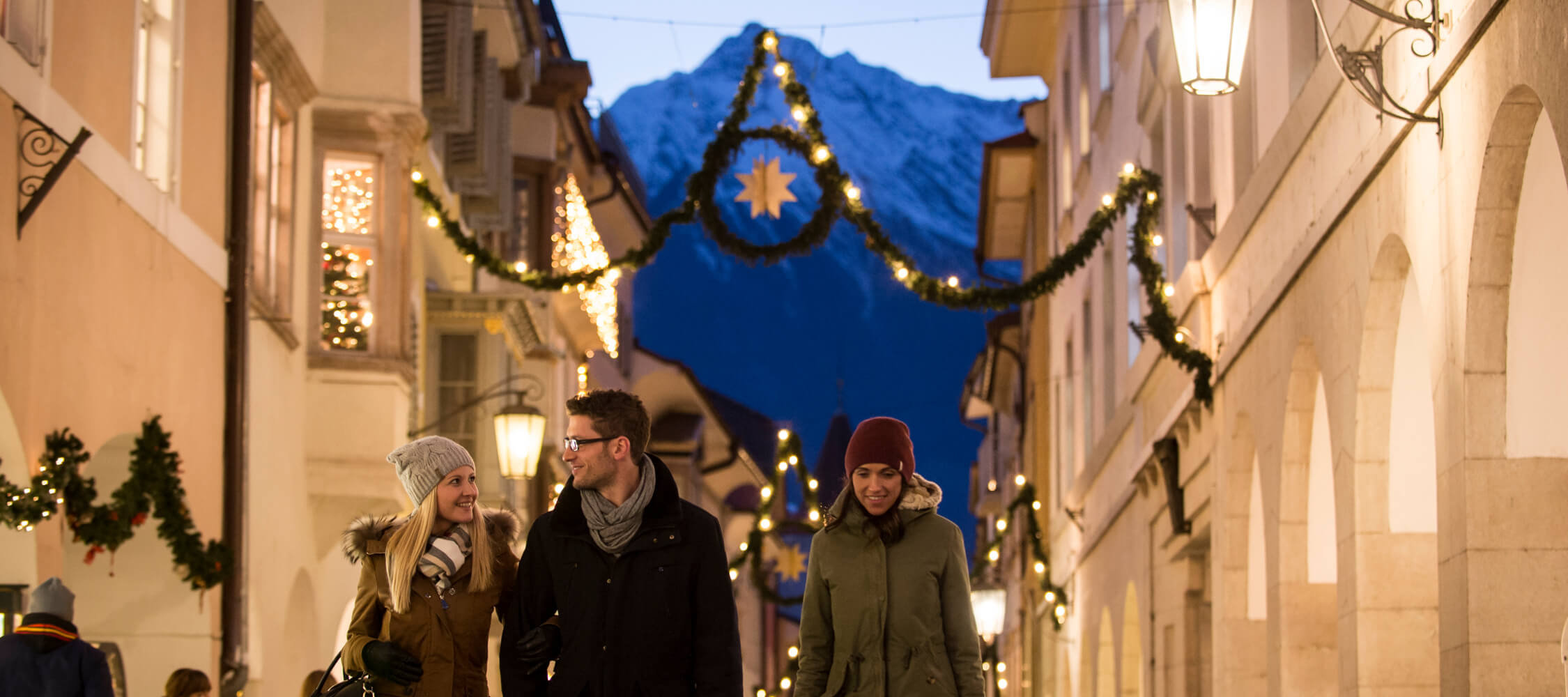 Italien-Trentino_Suedtirol_Alto_Adige_Merano_Meran_Erleben_Weihnachtsmarkt_Weihnachten_Winter_Nacht_Lauben_Kurverwaltung-Alex_Filz_DSC2440_2250x1000