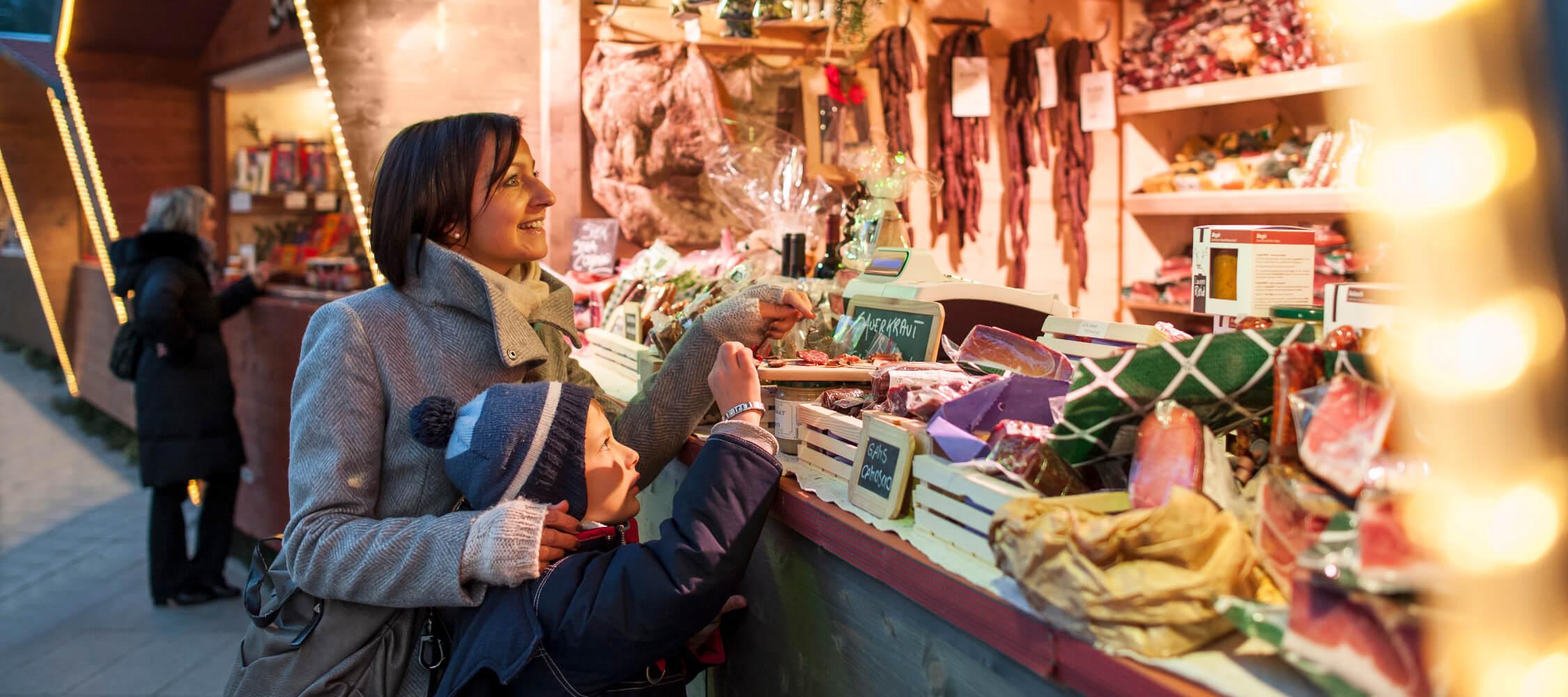 Italien-Trentino_Suedtirol_Alto_Adige_Merano_Meran_Erleben_Weihnachtsmarkt_Weihnachten_Winter_Nacht_Produkte_Kurverwaltung-Alex_Filz_BSC4648_2250x1000