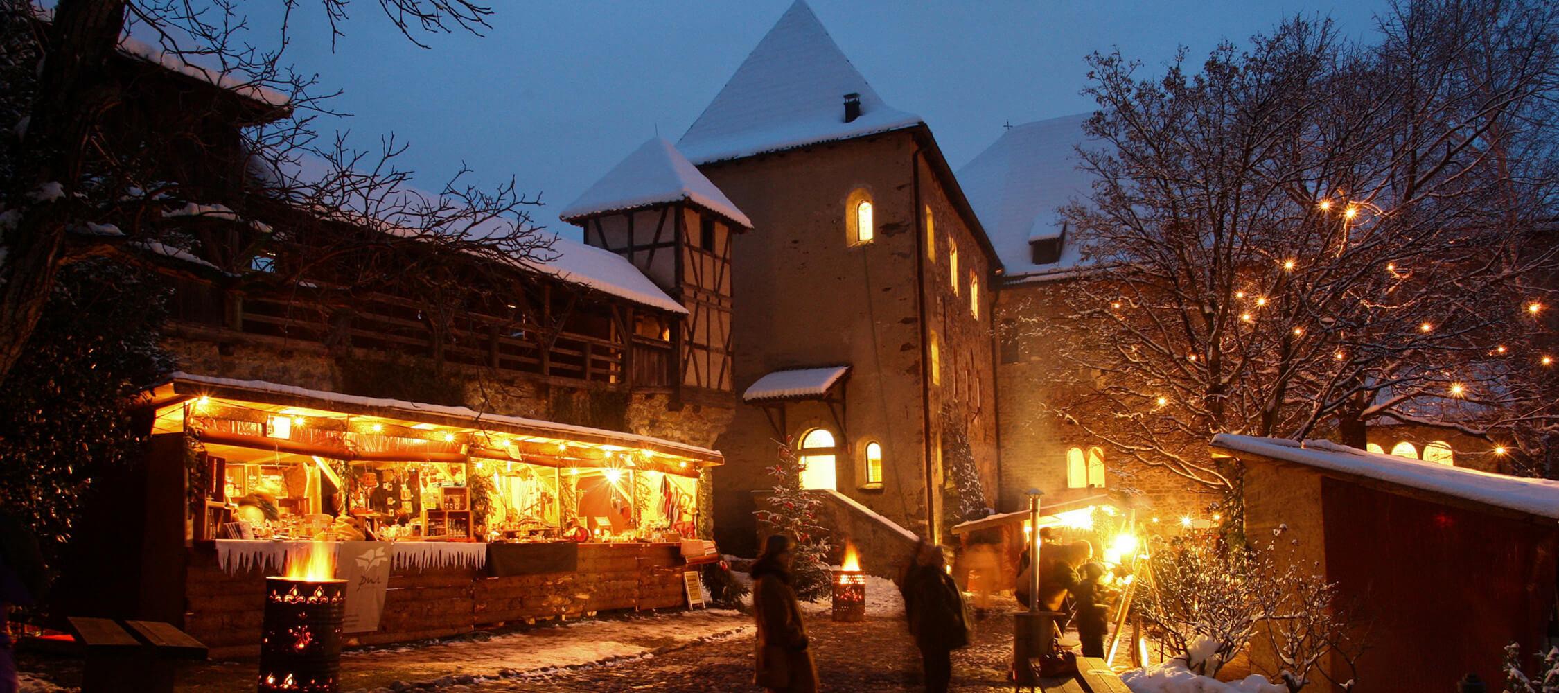 Italien-Trentino_Suedtirol_Alto_Adige_Merano_Meran_Erleben_Weihnachtsmarkt_Weihnachten_Winter_Nacht_Tiroler-Schlossweihnacht-Florian- Peer_mgm01420todo_2250x1000