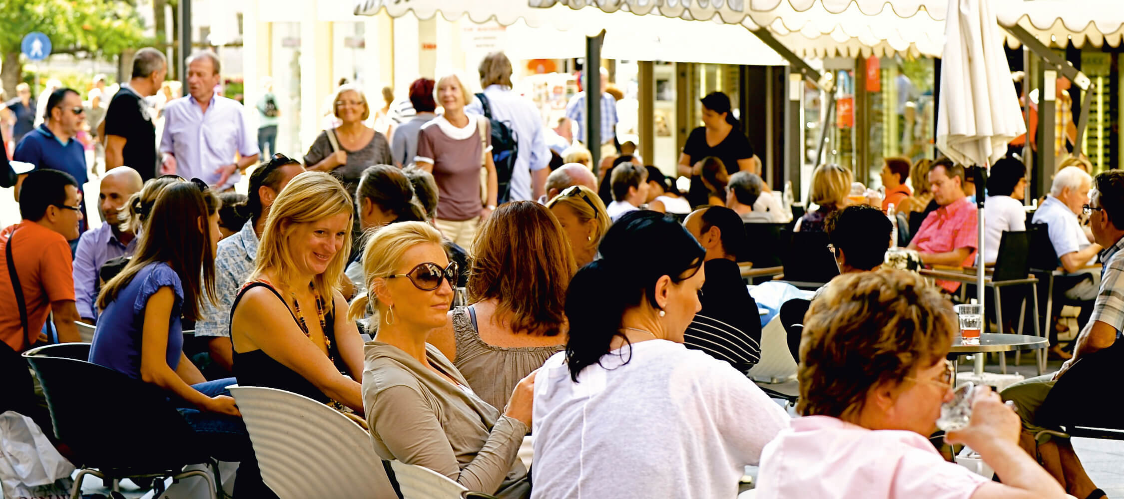 Italien-Trentino_Suedtirol_Alto_Adige_Merano_Meran_Lifestyle_Bar_Altstadt_Menschen_Sommer_Kaffee_Apertif_MGM-Andreas- Marini_mgm00663anma_2250x1000
