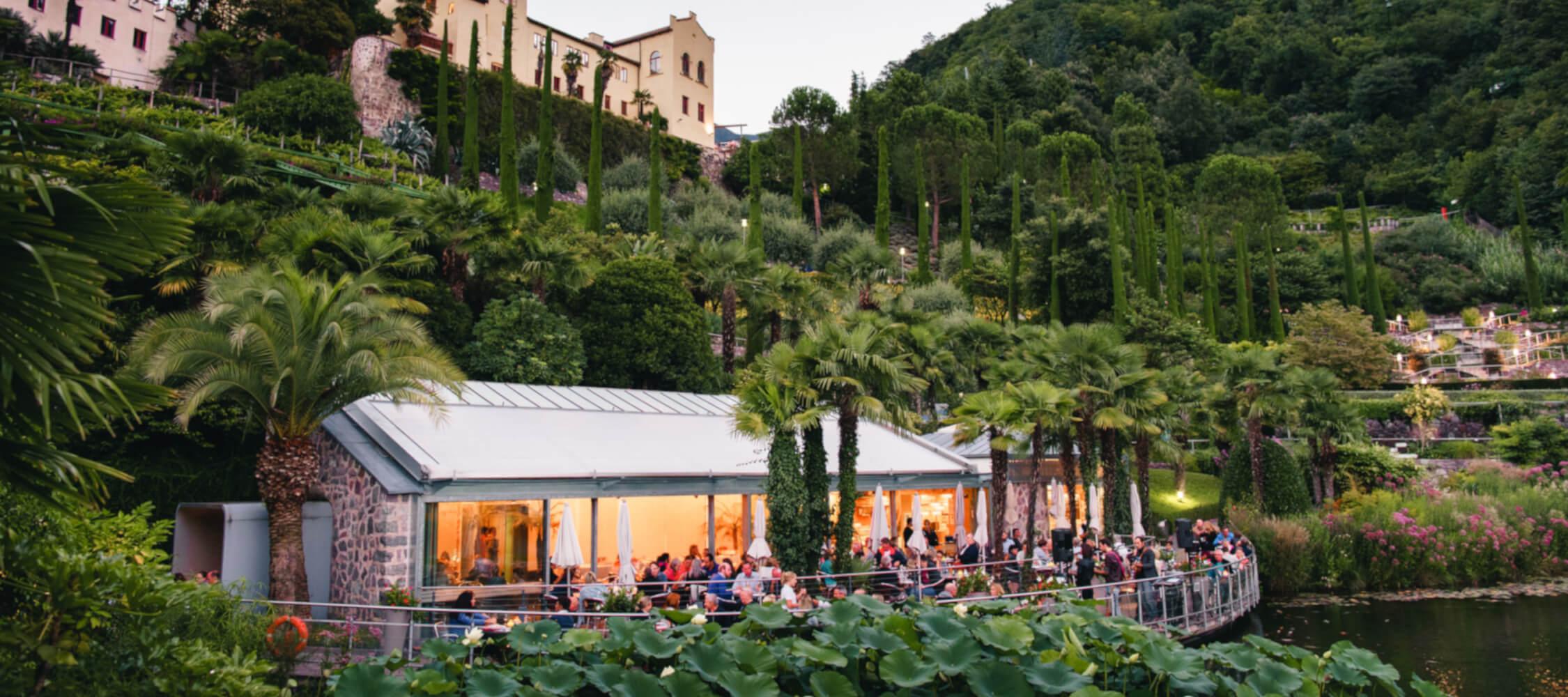 Italien-Trentino_Suedtirol_Alto_Adige_Merano_Meran_Natur_Besichtigen_Botanischer_Garten_Gaerten_von_Schloss_Trauttmansdorff_Abend_Aperitif_Trauttmansdorf_LQ-5_03_03_2250x1000