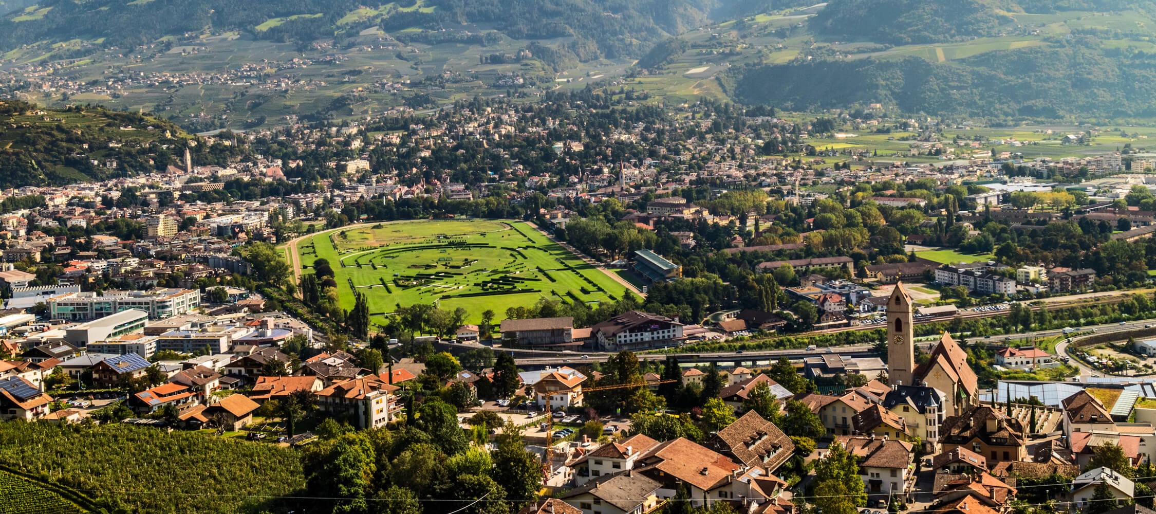 Italien-Trentino_Suedtirol_Alto_Adige_Merano_Meran_Natur_Panorama_Talkessel_Stadt_Pferderennplatz_122567173_2250x1000