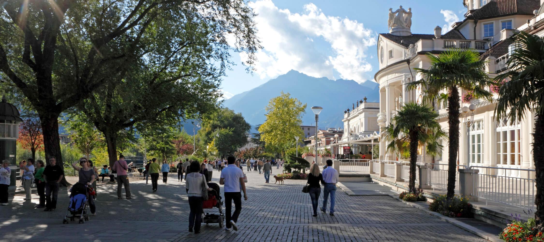 Italien-Trentino_Suedtirol_Alto_Adige_Merano_Meran_Natur_Sommer_Promenade_Kurhaus_Spazieren_Menschen_MGM-Frieder-Blickle_mgm01220mgm_2250x1000