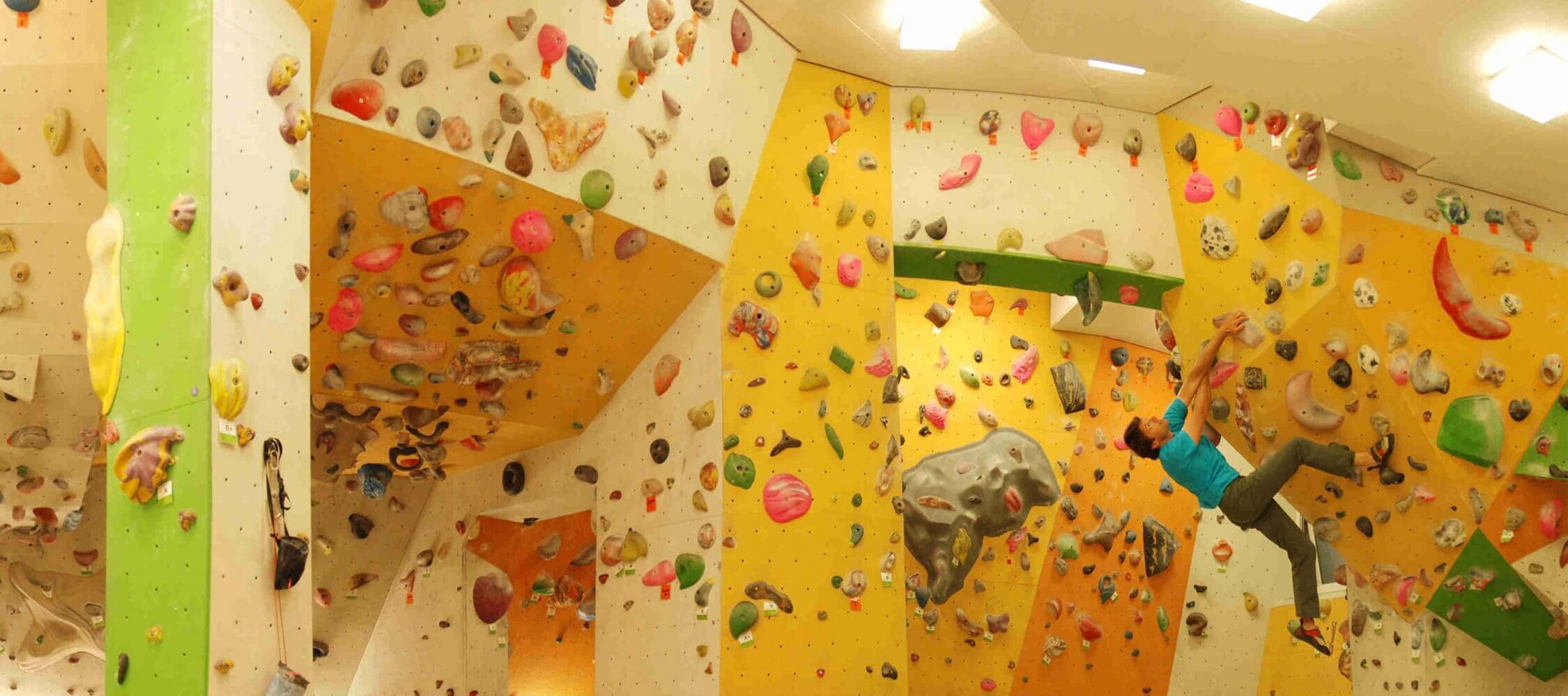 Italien-Trentino_Suedtirol_Alto_Adige_Merano_Meran_Natur_Sport_Sommer_Klettern_Kletterhalle_Rockarena_AVS-Meran_2250x1000
