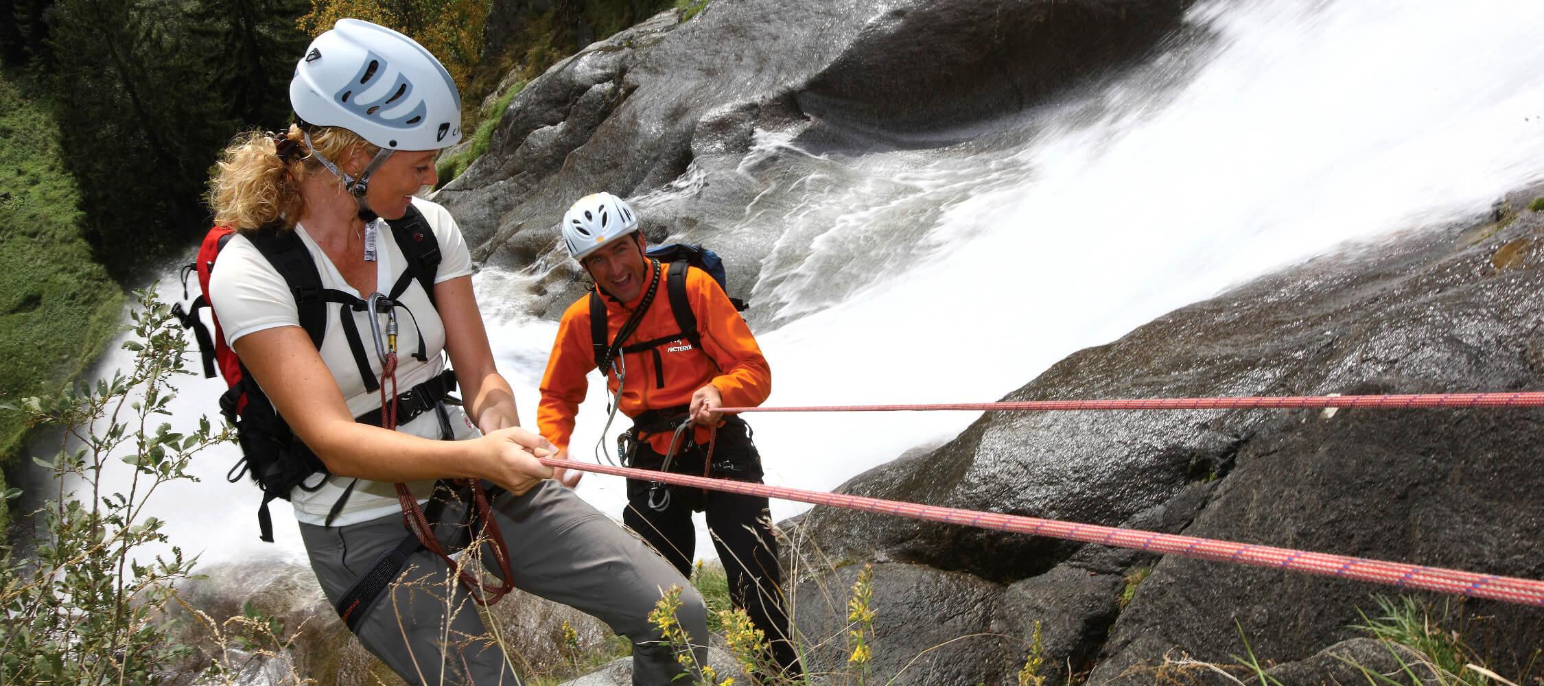 Italien-Trentino_Suedtirol_Alto_Adige_Merano_Meran_Natur_Sport_Sommer_Klettern_Klettersteig_Wasserfall_Partschins_IDM-Alessandro-Trovati_smg00080altr_2250x1000