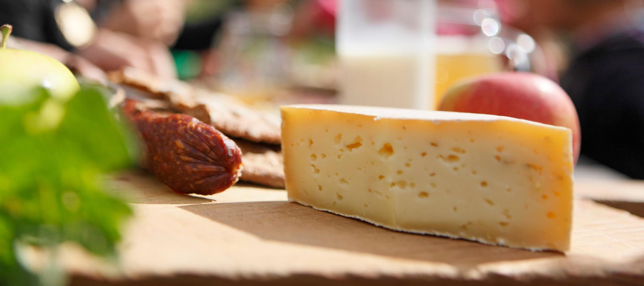 Italien-Trentino_Suedtirol_Alto_Adige_Merano_Meran_Produkte_Gastronomie_Einkaufen_Shopping_Merende_Kaese_MGM-Frieder-Blickle_mgm01467mgm_2250x1000