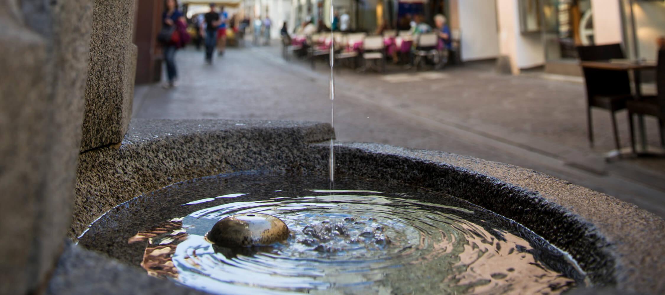 Italien-Trentino_Suedtirol_Alto_Adige_Merano_Meran_Wellness_Wasser_Brunnen_Altstadt_Lauben_Kurverwaltung-Alex-Filz_mgm01151kume_2250x1000