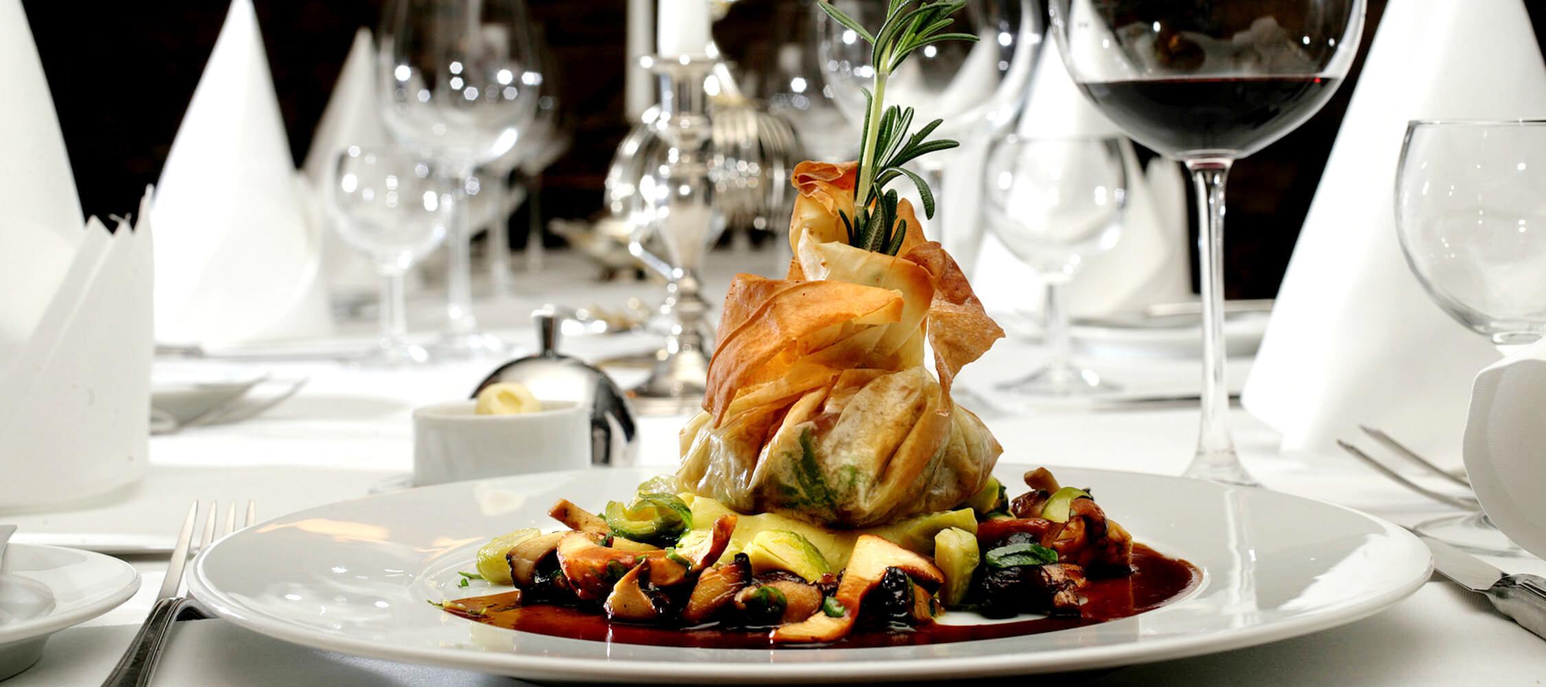 Restaurant_Tapas_Bar_The_Gallery_City_Hotel_Merano_Essen_Fleisch_Festtagsmenu_Weihnachten_Galadinner_Feier_Tapas_Vorspeise_Hauptspeise_Dinner_Abend_Menu_75876669_2250x1000