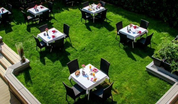 Frühstücken Sie auf der mediterranen Gartenterrasse. Für Morgenmuffel und Langschläfer: das extra lange Sonntagsbuffet. ©Anguane