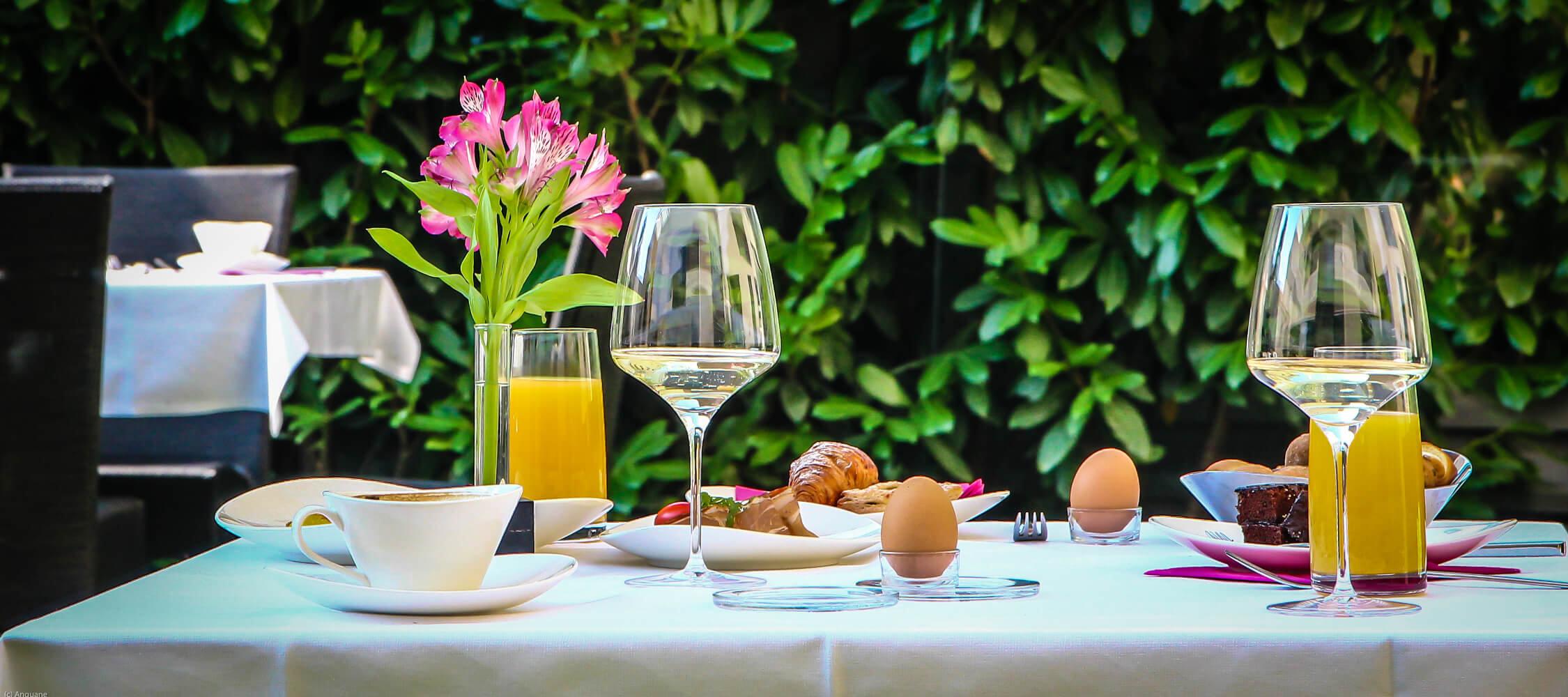 City_Hotel_Merano_Restaurant_Breakfast_Buffet_Fruehstueck_Terrasse_Tisch_Detail_Essen_Anguane_1994_2250x1000
