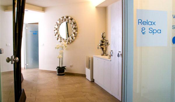 Kleiner Spabereich mit Tee-Ecke und Umkleidemöglichkeit. Im ersten Stock finden Sie neben den Saunen, einen Ruheraum und die Sonnenterrasse mit Whirlpool. ©Anguane