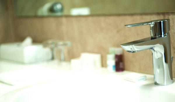 City Hotel Merano, suite. Bagno in pietra naturale con doccia, specchio per il trucco, linea di cortesia, asciugacapelli, alcune senza barriere architettoniche.