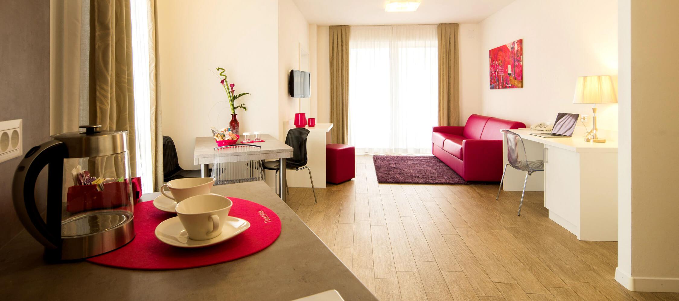 City Hotel Meran, City 3-Raum Suite, Wohnraum, Balkon, Sat-TV, Esstisch, Doppelschlafcouch