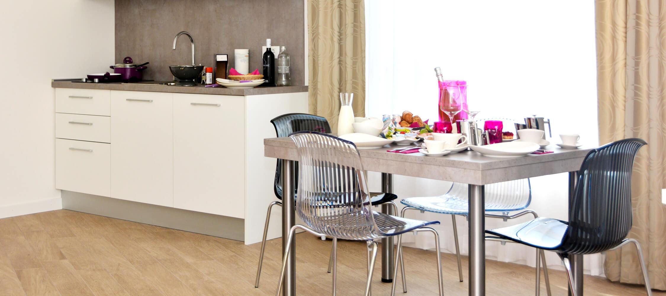City Hotel Meran, Kochnische in Suite, Esstisch, Küchenzeile