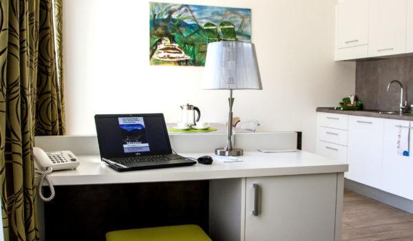 City Hotel Meran Panorama Suite, ruhig im 5.Stock. Schreibtisch mit Direktwahl-Telefon, kostenloses Internet, Sat-TV und Laptop-Safe. ©Anguane