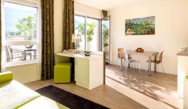 City Hotel Meran, 2-Raum Panorama Suite (43-53m²) mit weitläufiger Terrasse und grandiosem Ausblick. Über den Dächern von Meran. Wenige Gehminuten vom Zentrum. ©Florian Busch