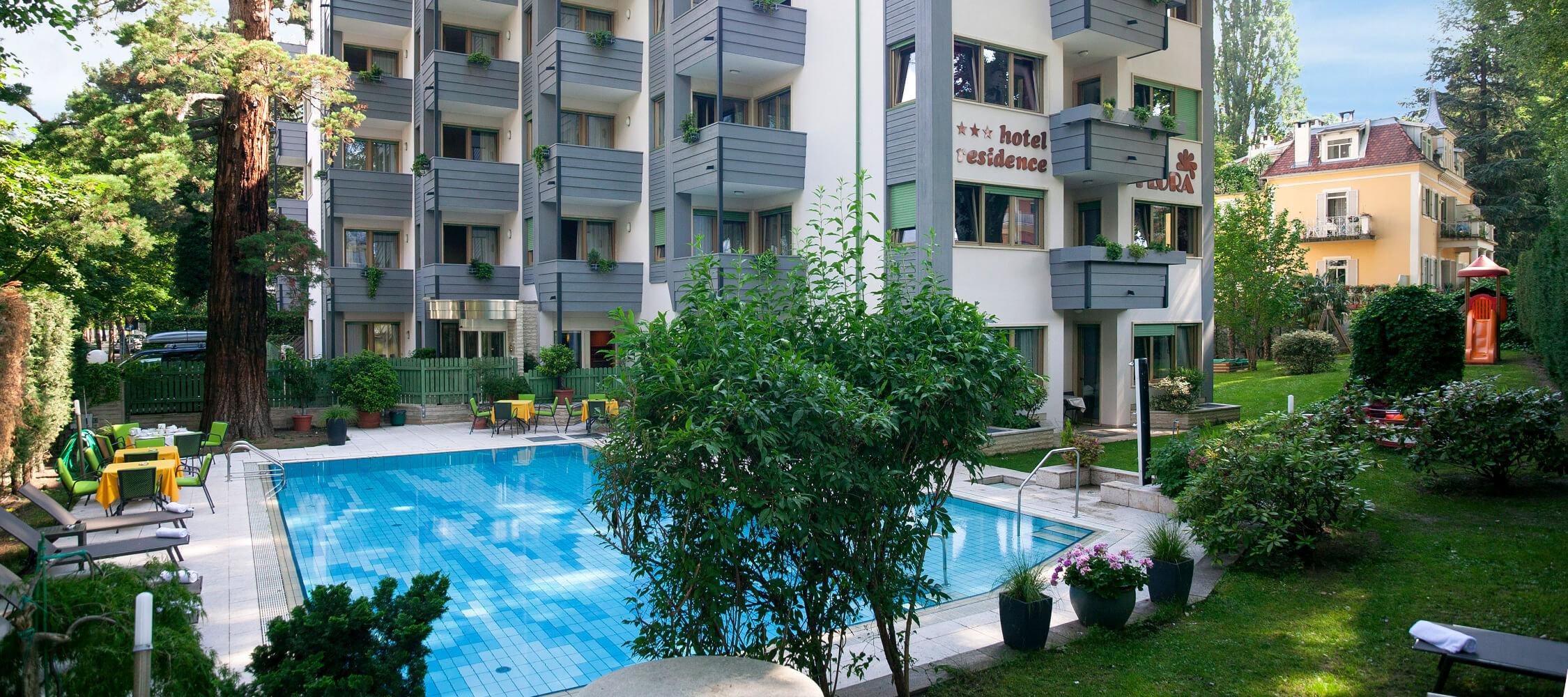 Hotel Flora, 3 stelle, Merano, Alto Adige, vicino centro storico, Mercatini e Terme Merano, ampio giardino con piscina riscaldata, 60 suites