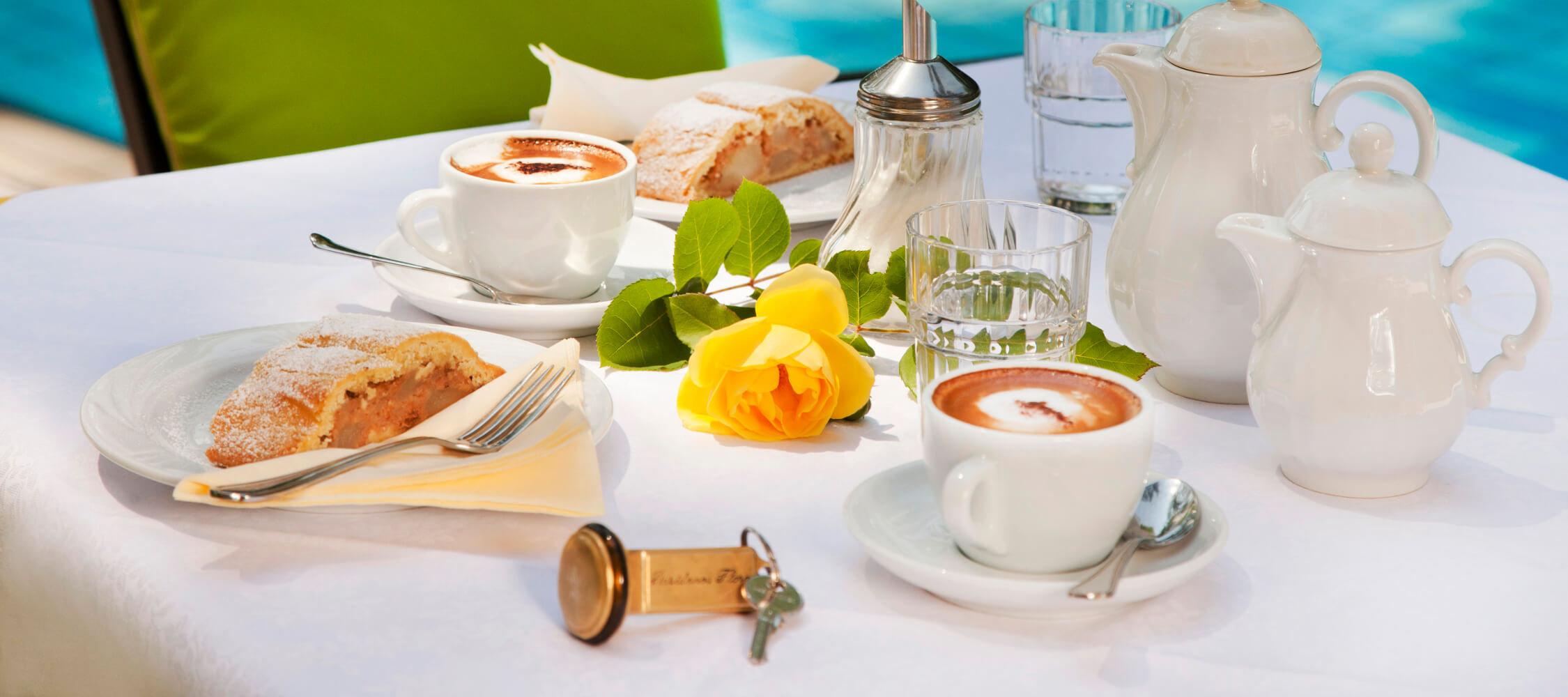 Hotel_Flora_Merano_Aussen_Terrasse_Schwimmbad_Garten_Breakfast_Kaffee_Kuchen_Detail_Michael_Markl_ARK1124-2_2250x1000
