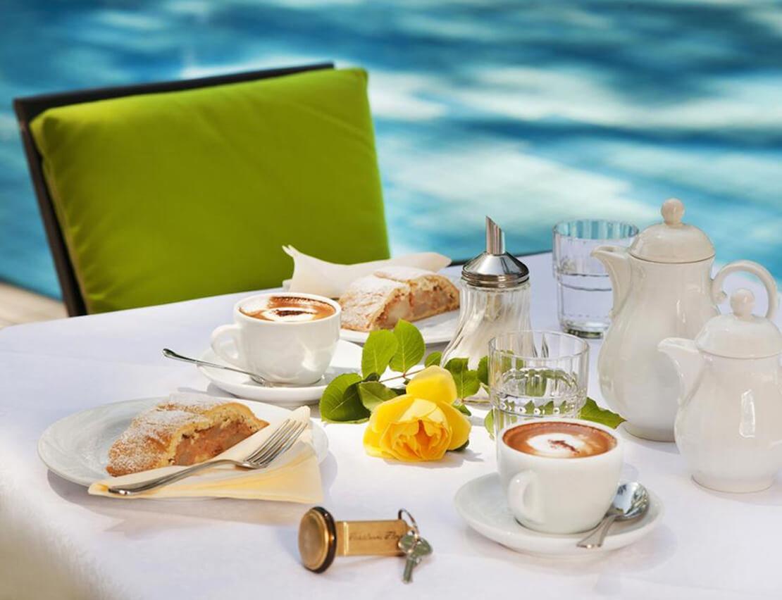 Hotel_Flora_Merano_Aussen_Terrasse_Schwimmbad_Garten_Breakfast_Kaffee_Kuchen_Detail_Michael_Markl_ARK1124_1110x852