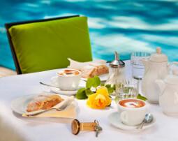 Hotel_Flora_Merano_Aussen_Terrasse_Schwimmbad_Garten_Breakfast_Kaffee_Kuchen_Detail_Michael_Markl_ARK1124_255x202