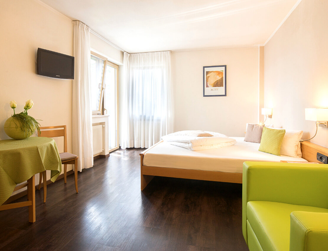 Hotel_Flora_Merano_Rooms_Doppelzimmer_Rose_Florian_Busch_02064_1110x852