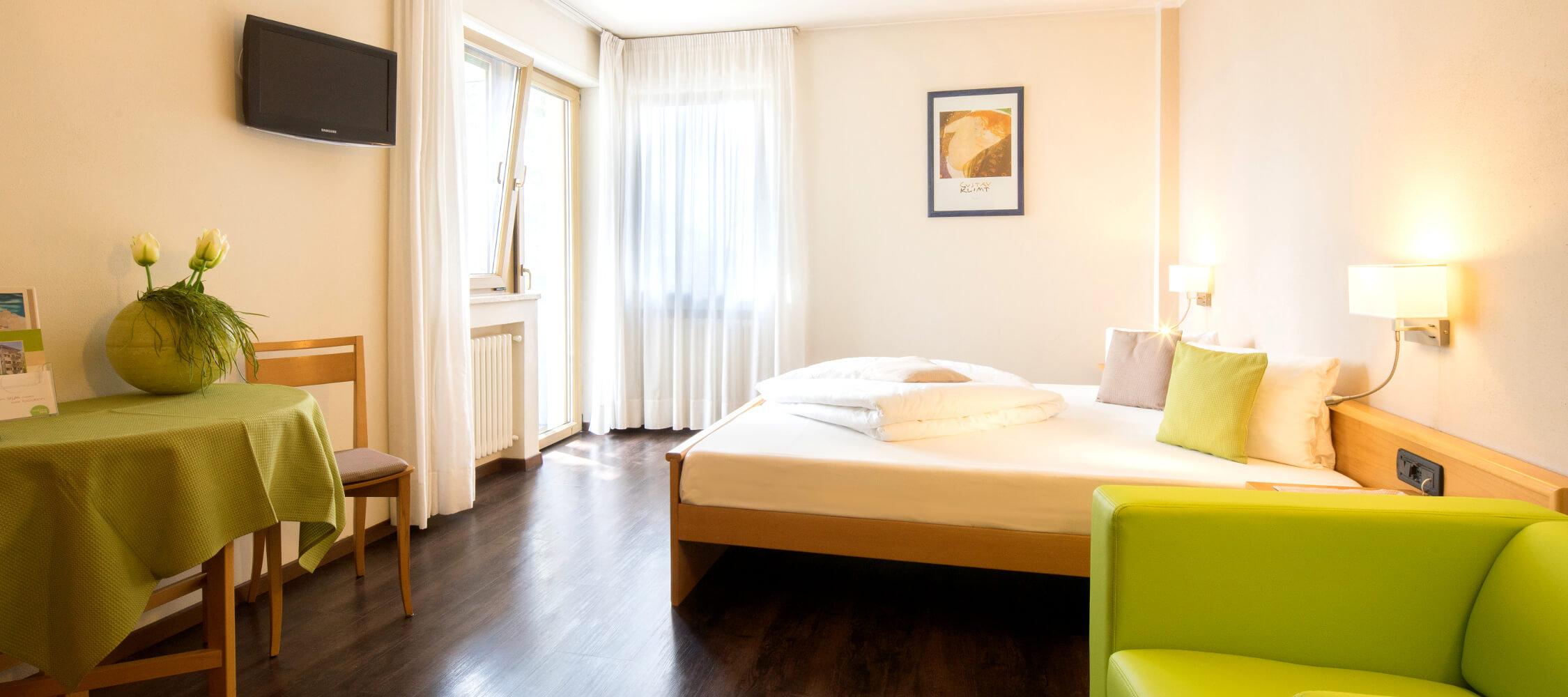 Hotel_Flora_Merano_Rooms_Doppelzimmer_Rose_Florian_Busch_02064_2250x1000