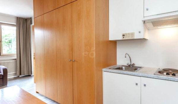Die kleine Kochecke erlaubt auch die Nutzung der Suite mit Appartementformel. Für einen unbeschwerten Urlaub in bester Meraner Stadtlage. ©Marco Pompeo
