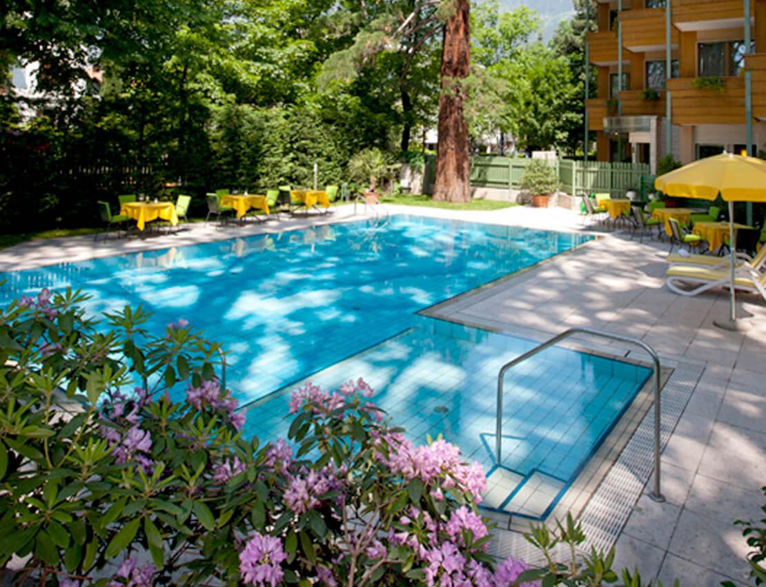 Hotel_Flora_Merano_Wellness_Garten_Freischwimmbad_Michael_Markl_ARK1012_1110x852
