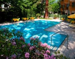 Hotel_Flora_Merano_Wellness_Garten_Freischwimmbad_Michael_Markl_ARK1012_255x202