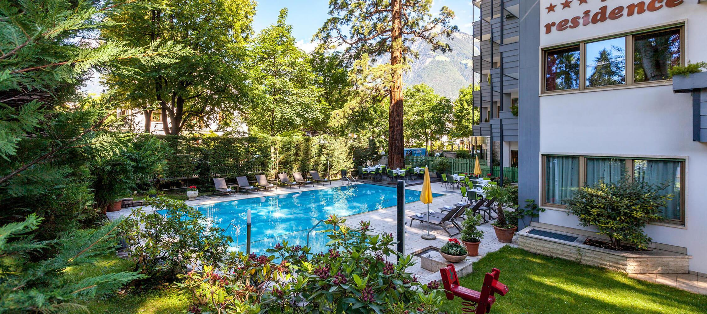 Hotel_Flora_Merano_Wellness_Garten_Freischwimmbad_Oyster_Marco_Pompeo_16968160_2250x1000