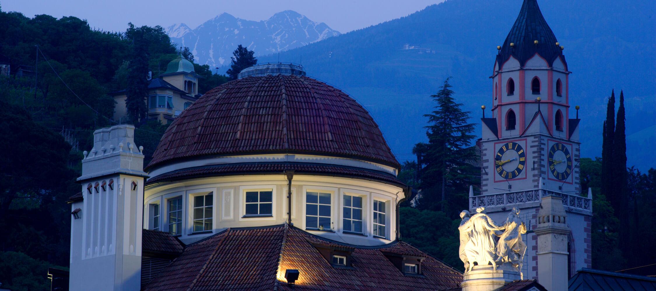 Italien-Trentino_Suedtirol_Alto_Adige_Merano_Meran_Besichtigen_Kultur_Altstadt_Kurhaus_Abend_Nacht_MGM-Frieder-Blickle_mgm00019frbl_2250x1000