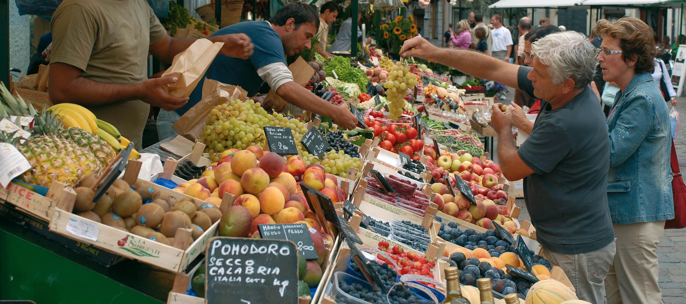 Italien-Trentino_Suedtirol_Alto_Adige_Merano_Meran_Lifestyle_Markt_Einkaufen_Altstadt_Menschen_IDM-Andree-Kaiser_smg00980anka_2250x1000