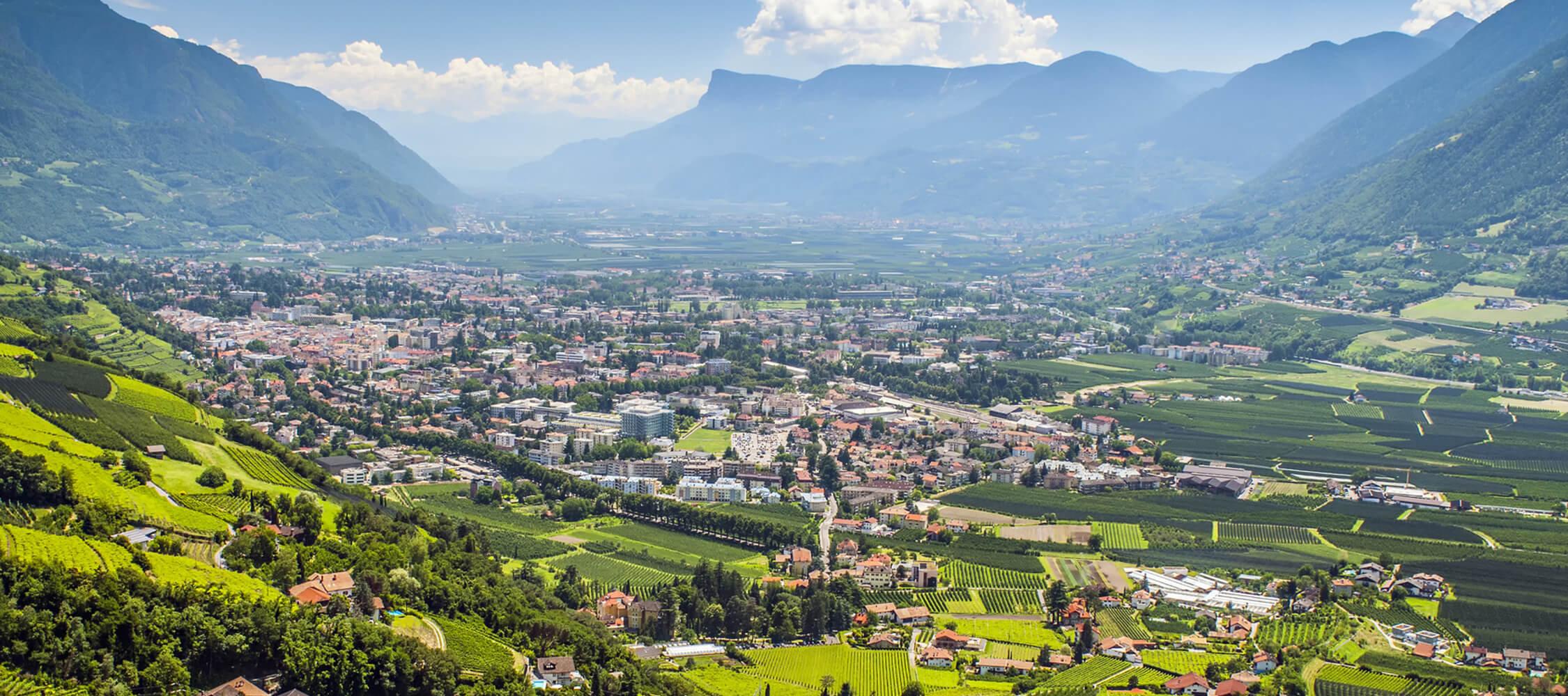 Italien-Trentino_Suedtirol_Alto_Adige_Merano_Meran_Natur_Panorama_Talkessel_56095661_2250x1000