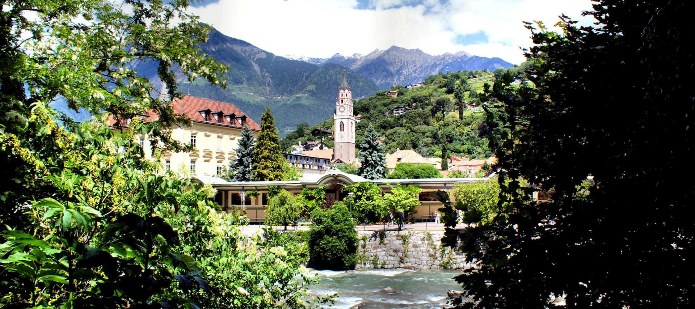 Italien-Trentino_Suedtirol_Alto_Adige_Merano_Meran_Stadt_Altstadt_Panorama_Passer_62061859_2250x1000