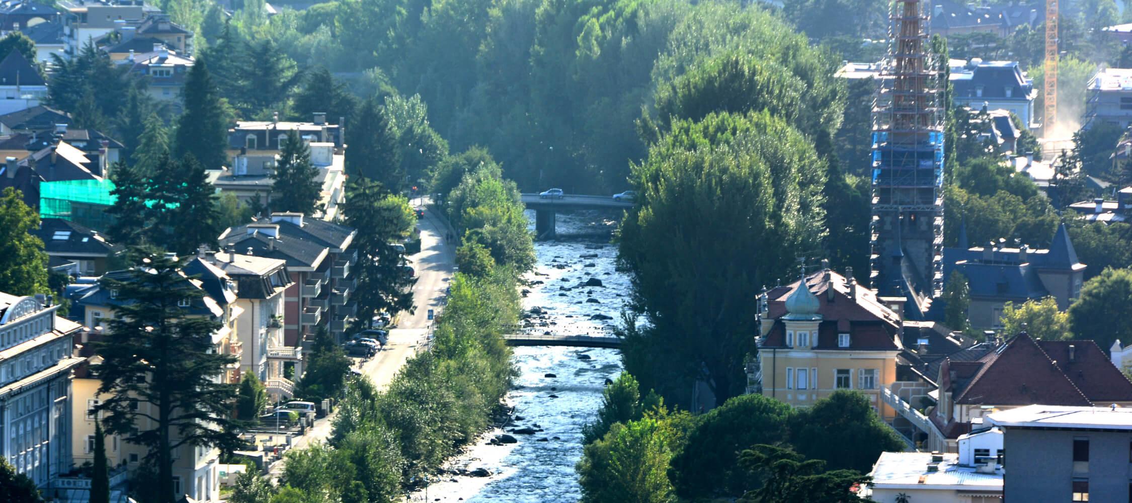 Italien-Trentino_Suedtirol_Alto_Adige_Merano_Meran_Stadt_Altstadt_Panorama_Passer_Demipress_DSC1024_2250x1000
