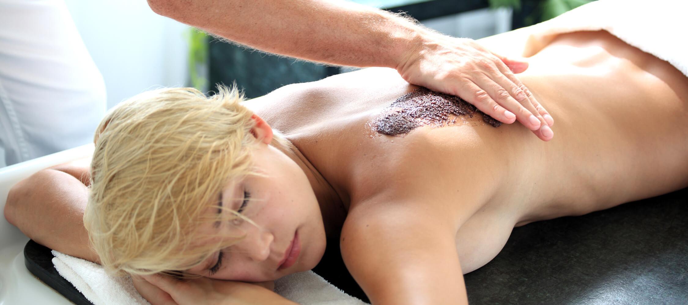 Italien-Trentino_Suedtirol_Alto_Adige_Merano_Meran_Therme_Massage_Trauben_Peeling_Ruecken_Manuela_Prossliner_2250x1000
