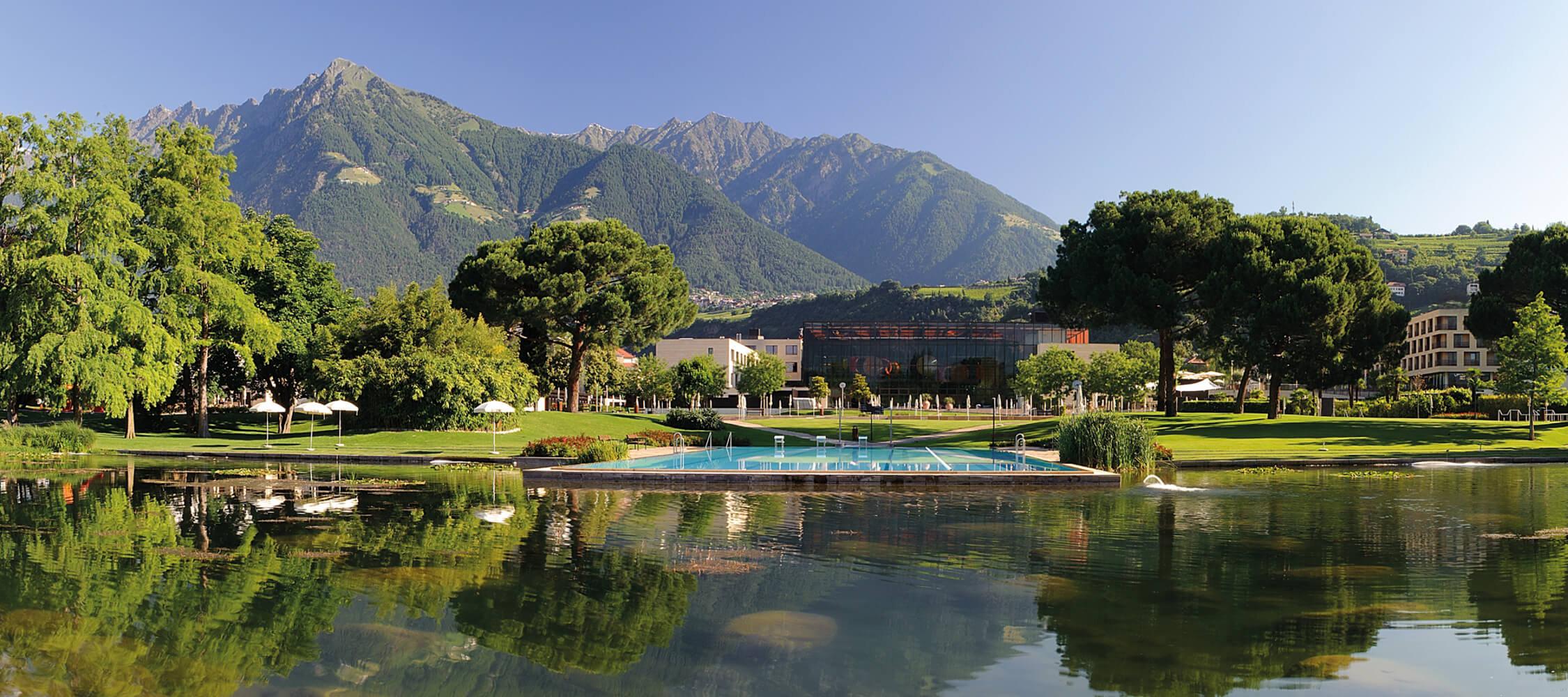 Italien-Trentino_Suedtirol_Alto_Adige_Merano_Meran_Therme_Pool_Aussen_Park_Wasser_Schwimmbad_Panorama_DOCsrl_2250x1000