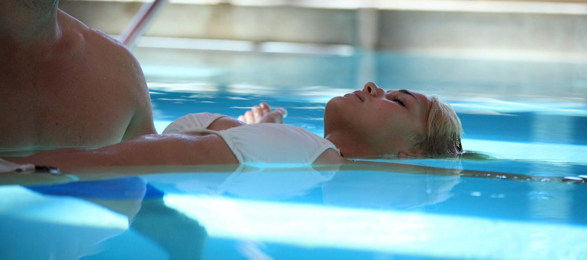 Italien-Trentino_Suedtirol_Alto_Adige_Merano_Meran_Therme_Pool_Badehalle_Schwimmbad_Frau_Manuela_Prossliner_2250x1000