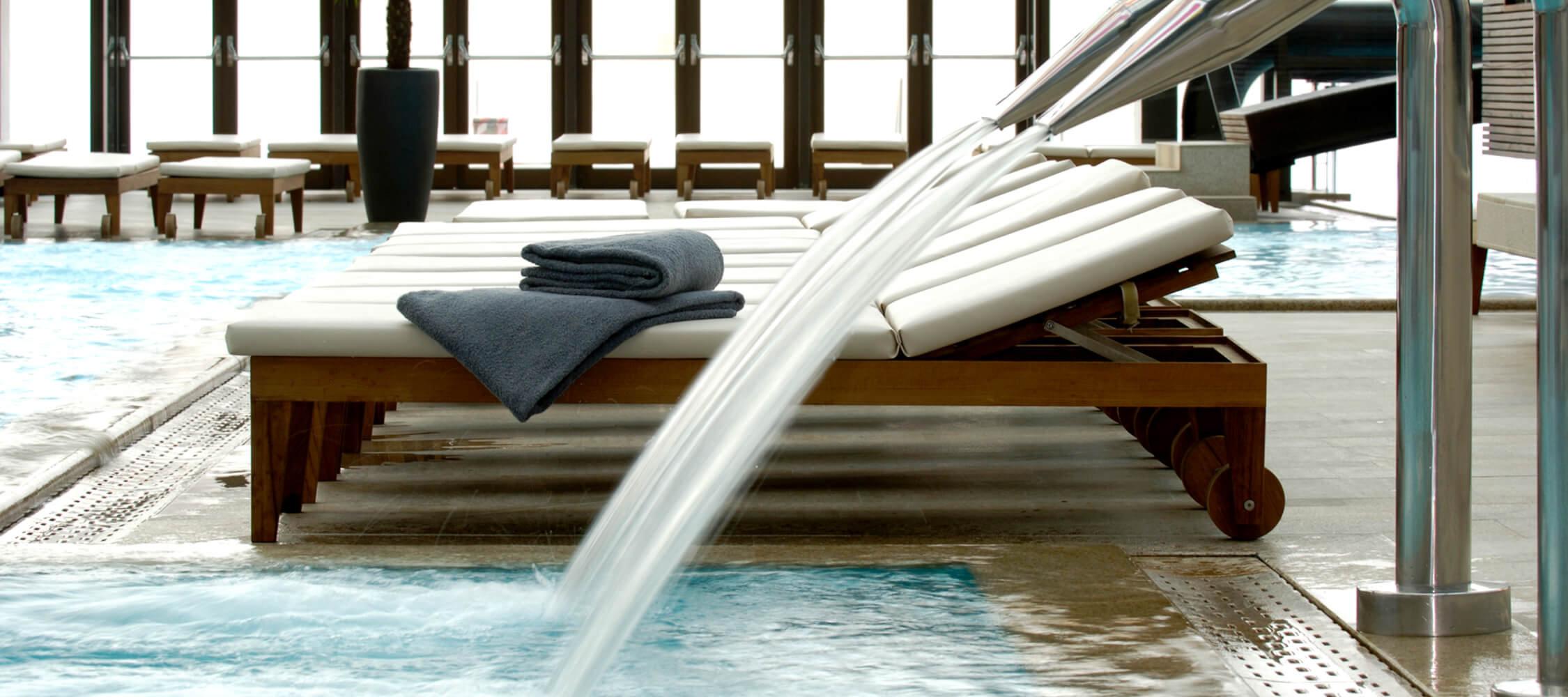 Italien-Trentino_Suedtirol_Alto_Adige_Merano_Meran_Therme_Pool_Badehalle_Schwimmbad_Helmuth_Rier_2250x1000