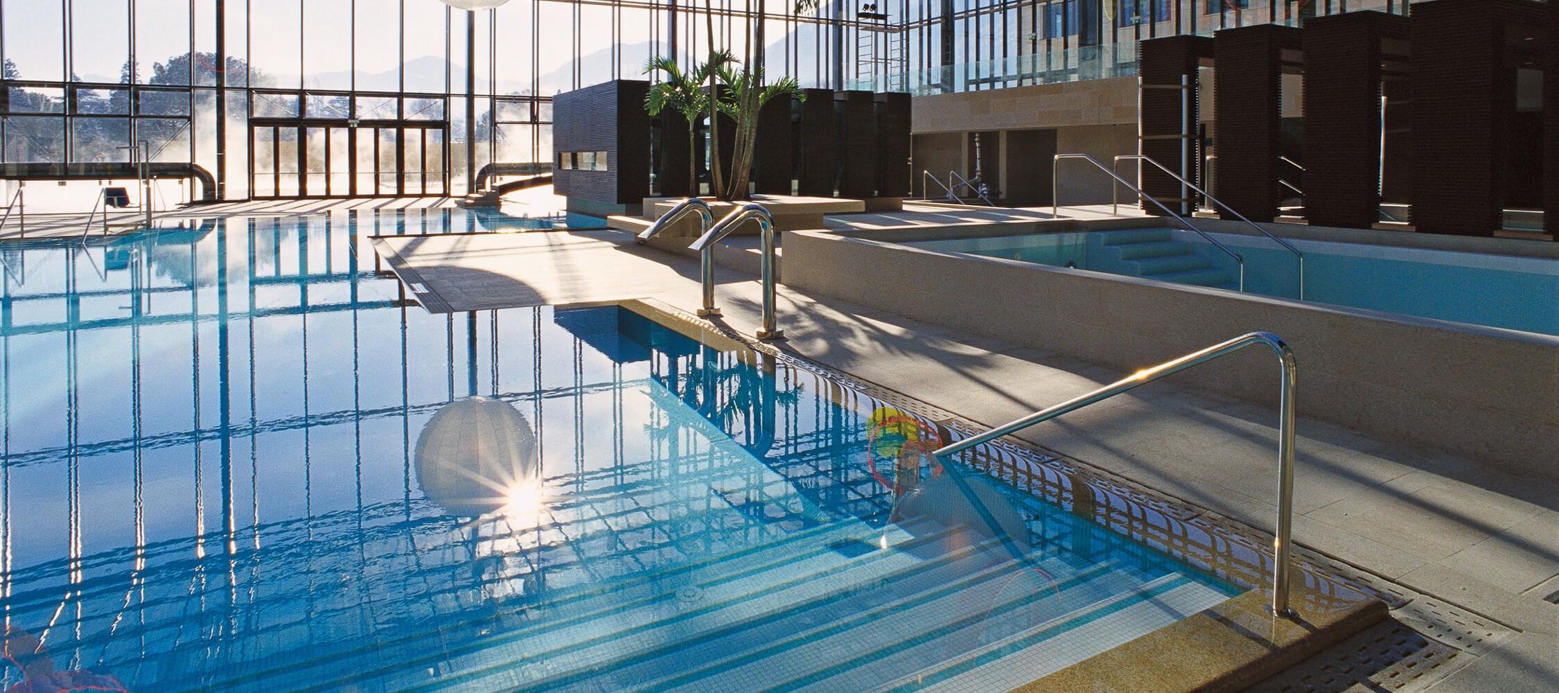 Italien-Trentino_Suedtirol_Alto_Adige_Merano_Meran_Therme_Pool_Badehalle_Schwimmbad_Manuela_Prossliner_02_2250x1000