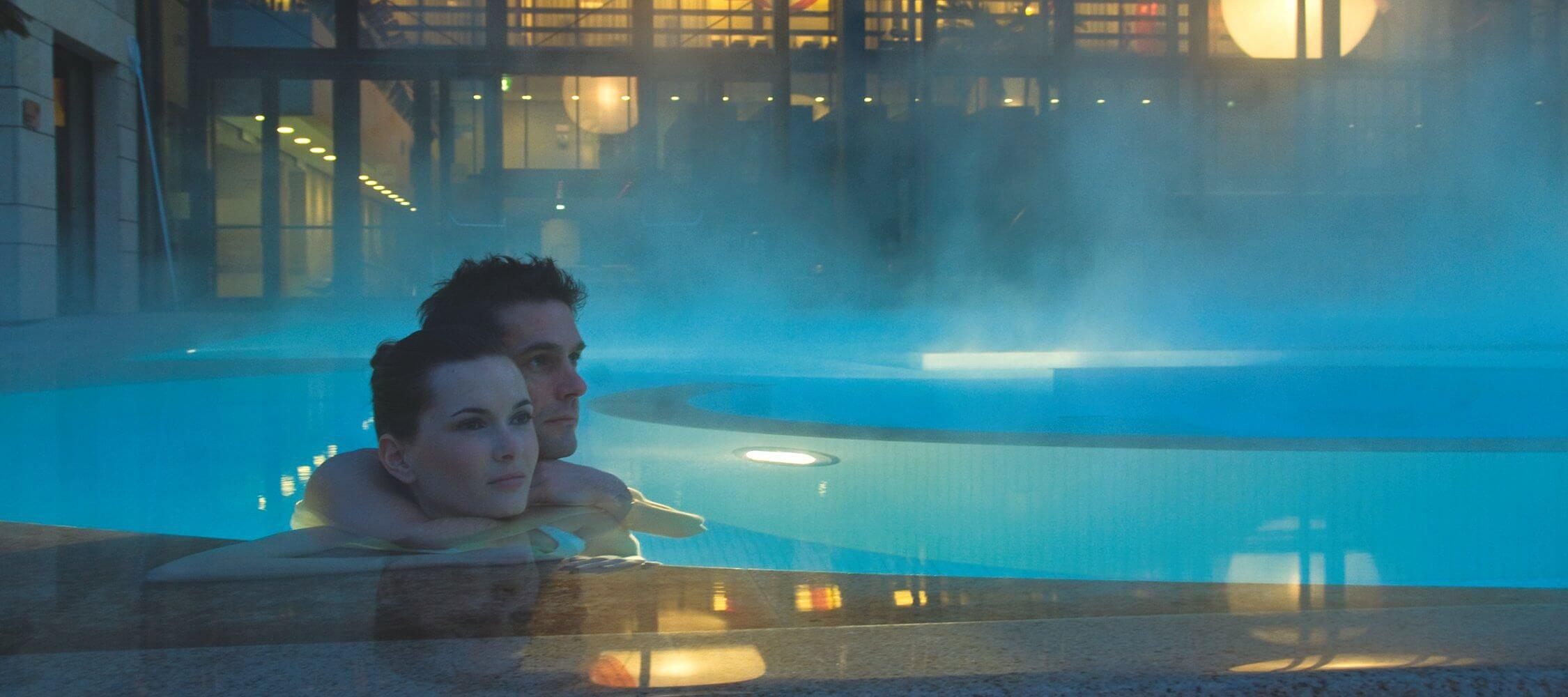 Italien-Trentino_Suedtirol_Alto_Adige_Merano_Meran_Therme_Pool_Badehalle_Schwimmbad_Nacht_Paar_Romantik_Tappeiner_2250x1000